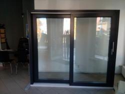 Instalace posuvně zdvižných dveří na pobočku v Olomouci